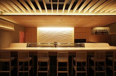 寿司店を営む木の家 (寿司店のカウンターと漆喰の壁)