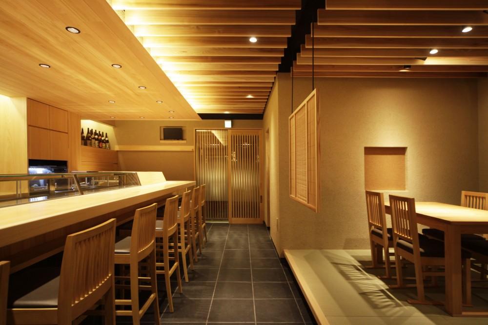 寿司店を営む木の家 (寿司店の客席とカウンター)