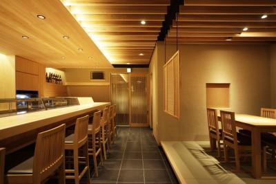 寿司店の客席とカウンター (寿司店を営む木の家)