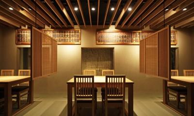 寿司店を営む木の家 (寿司店の客席)