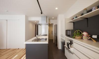 キッチン〜便利な家事動線|風通しと機能性を兼ねたウォークスルークローゼットで暮らしを変えたリノベーション