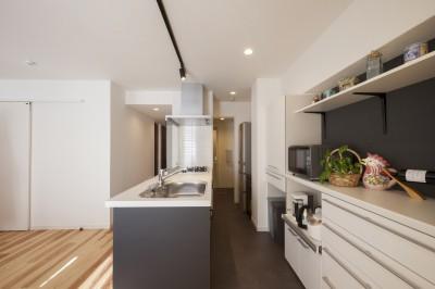風通しと機能性を兼ねたウォークスルークローゼットで暮らしを変えたリノベーション (キッチン〜便利な家事動線)