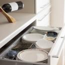 風通しと機能性を兼ねたウォークスルークローゼットで暮らしを変えたリノベーションの写真 キッチン収納