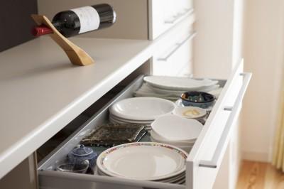 キッチン収納 (風通しと機能性を兼ねたウォークスルークローゼットで暮らしを変えたリノベーション)