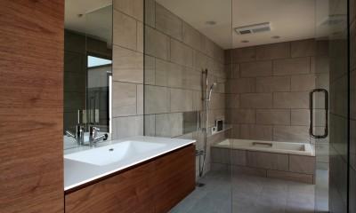 開放感のある洗面と浴室|保月の家(ほづきのいえ)~お店のようなアプローチ空間~