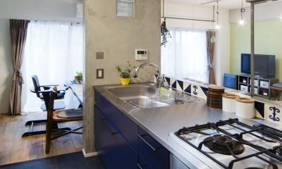 コンクリートが、主役です。 (コンクリートによく映えるブルーのキッチン。)
