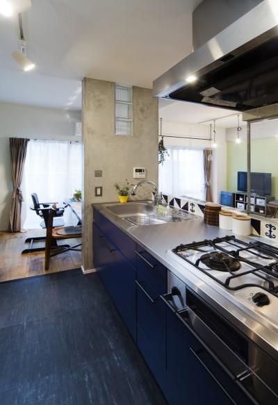 コンクリートによく映えるブルーのキッチン。 (コンクリートが、主役です。)