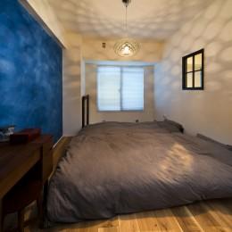 ベッドルームは鮮やかに。 (コンクリートが、主役です。)