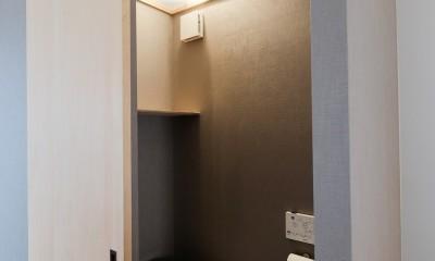 建築家と二人三脚で作り上げた、ラチス梁が美しい家。 (2Fのトイレ)
