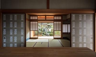 愛でる家|数寄屋風戸建て住宅のリノベーション【奈良市】 (ギャラリーから和室をみる)