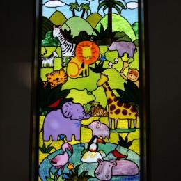パン工房へミュッシャと動物たちのステンドグラスを取り付けました。