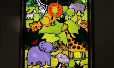 パン工房へミュッシャと動物たちのステンドグラスを取り付けました。 (動物たちのステンドグラス)