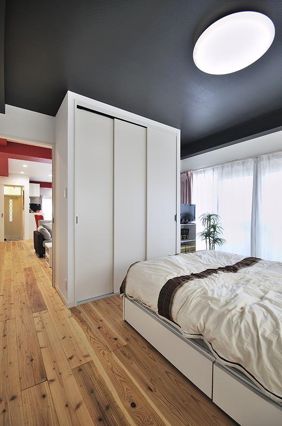カラフルポップな印象的新居 (寝室)