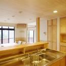 自然素材の開放感リフォームの写真 セミオープンキッチン