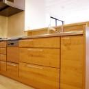 自然素材の開放感リフォームの写真 木の造作キッチン