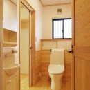 自然素材の開放感リフォームの写真 2方向アクセスのトイレ
