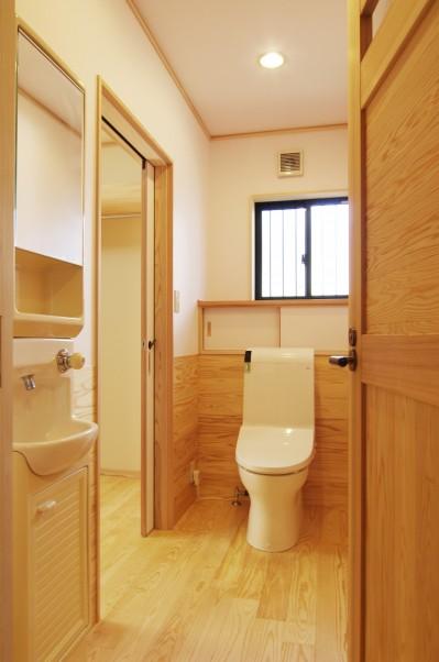 自然素材の開放感リフォーム (2方向アクセスのトイレ)