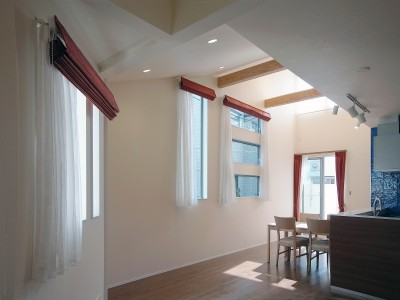 スキップフロア・蔵収納。デザイン住宅 神奈川 (隣家に囲まれても明るいリビング)