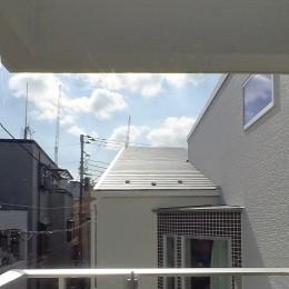 スキップフロア・蔵収納。デザイン住宅 神奈川 (最上部のバルコニー)