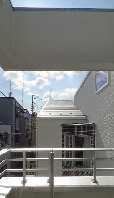 最上部のバルコニー (スキップフロア・蔵収納。デザイン住宅 神奈川)