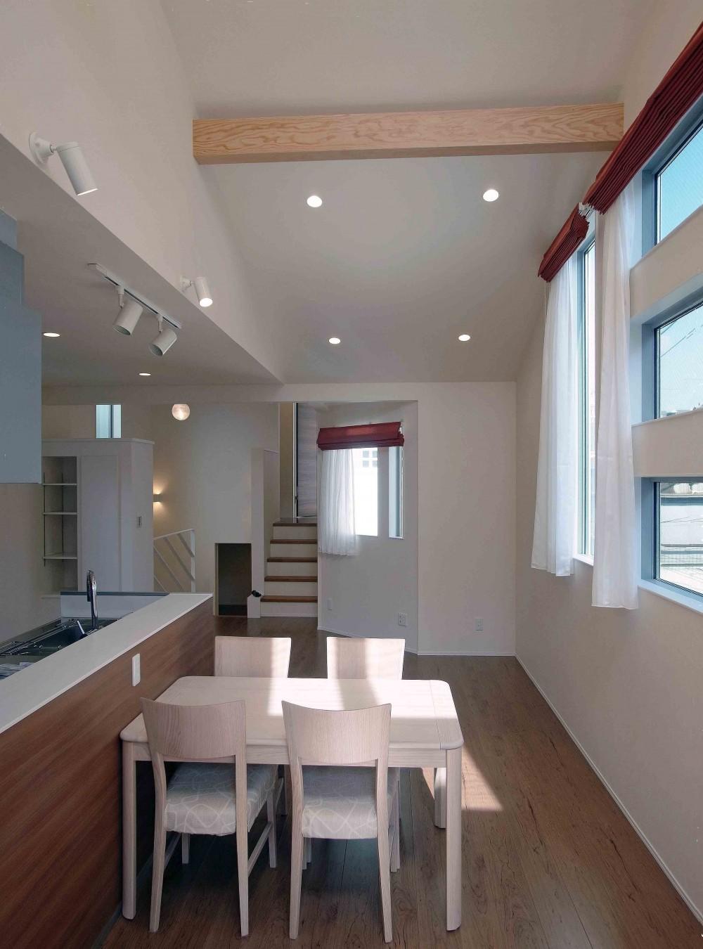 スキップフロア・蔵収納。デザイン住宅 神奈川 (明るさ満点のダイニングキッチン)