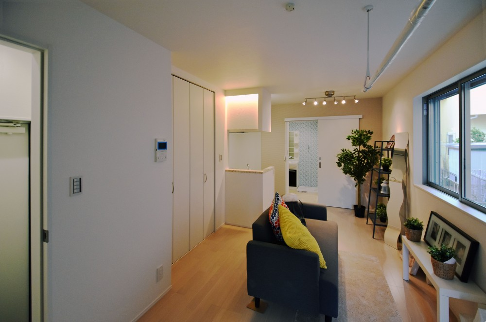 デザイナーズ集合住宅・共同住宅 (家具を仮置きした室内)