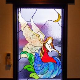 御宿別荘のステンドグラス~寝室とリビング窓へ設置 (寝室のステンドグラス、近景)