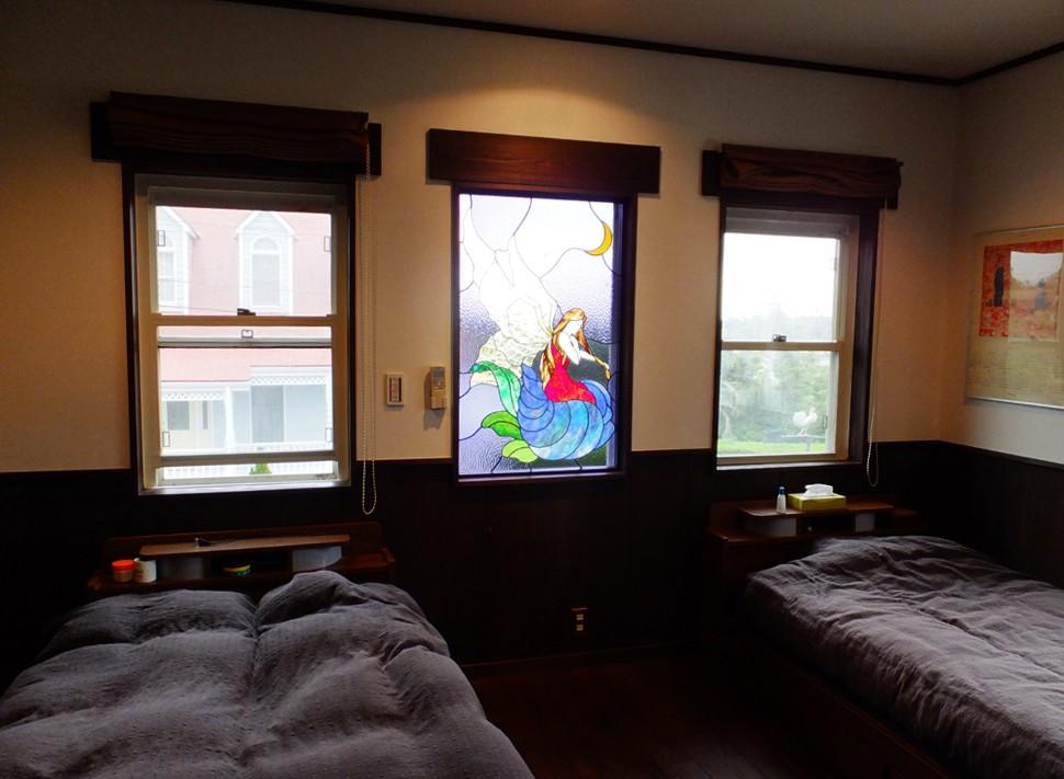 御宿別荘のステンドグラス~寝室とリビング窓へ設置 (寝室のステンドグラス、遠景)