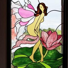御宿別荘のステンドグラス~寝室とリビング窓へ設置 (別荘、リビングのステンドグラス、近景)