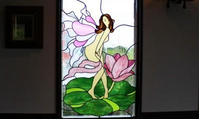 御宿別荘のステンドグラス~寝室とリビング窓へ設置 (別荘、リビングのステンドグラス、遠景)