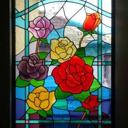ステンドグラス、薔薇の近景
