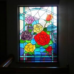 ステンドグラス、薔薇の中景