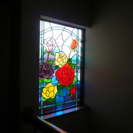 ステンドグラス、薔薇、差し込む光