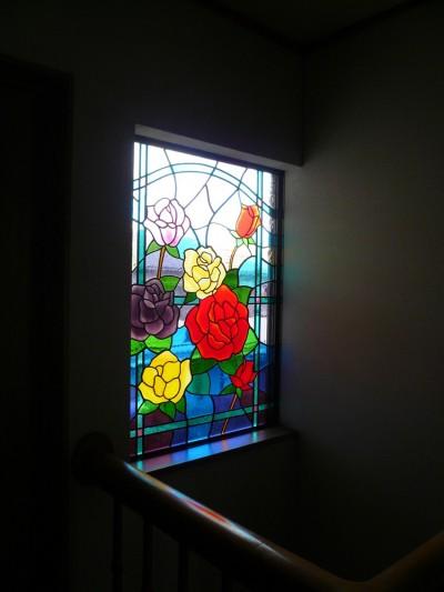 ステンドグラス、薔薇、差し込む光 (薔薇のステンドグラス)