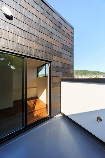 寝室&バルコニー (haus-agit/人里離れた眺めの良い場所に佇む爽快なアジト)