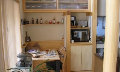 M邸ー終の住処として二つの庭を持つコートハウス (キッチン脇ホットコーナー・家事デスク)