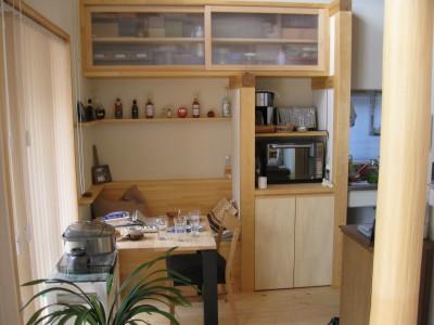 キッチン脇ホットコーナー・家事デスク (M邸ー終の住処として二つの庭を持つコートハウス)