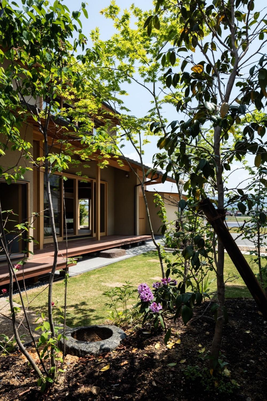 眺望とお庭を楽しむ|火のある暮らしを楽しむ住まい 天理の家 (お庭から)
