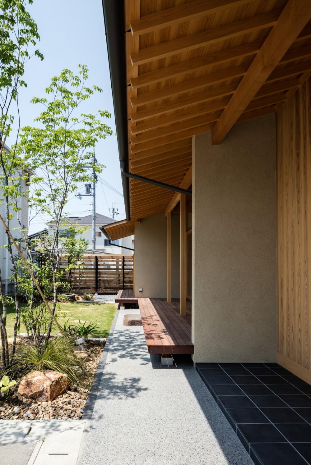 眺望とお庭を楽しむ|火のある暮らしを楽しむ住まい 天理の家 (連続する軒下空間)