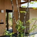 眺望とお庭を楽しむ|火のある暮らしを楽しむ住まい 天理の家の写真 格子戸の玄関