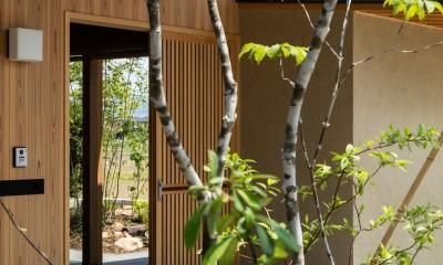 眺望とお庭を楽しむ|火のある暮らしを楽しむ住まい 天理の家 (格子戸の玄関)