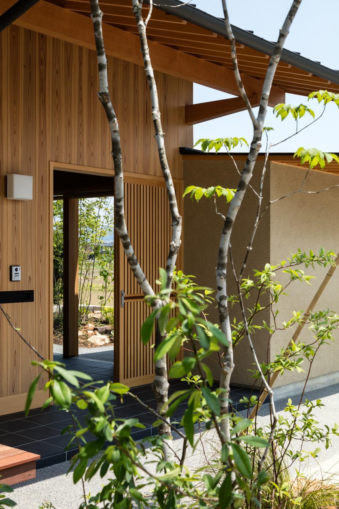 玄関事例:格子戸の玄関(眺望とお庭を楽しむ|火のある暮らしを楽しむ住まい 天理の家)