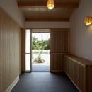 ウッドデッキで繋がる空間|趣味を楽しむ住まい 姫路の家の写真 土間玄関みかえり
