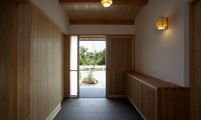 ウッドデッキで繋がる空間|趣味を楽しむ住まい 姫路の家 (土間玄関みかえり)