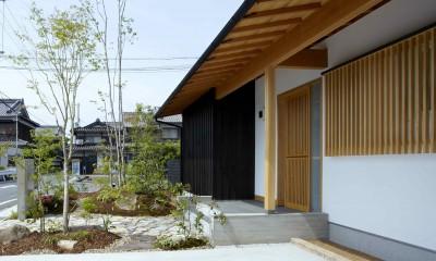 ウッドデッキで繋がる空間|趣味を楽しむ住まい 姫路の家 (玄関ポーチ)