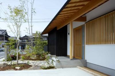 玄関ポーチ (ウッドデッキで繋がる空間|趣味を楽しむ住まい 姫路の家)