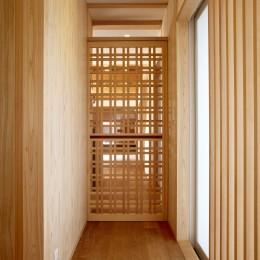 ウッドデッキで繋がる空間|趣味を楽しむ住まい 姫路の家 (格子戸からみえる家族団欒)