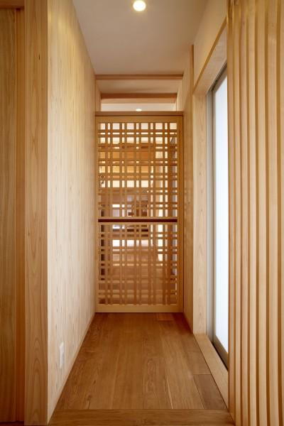 格子戸からみえる家族団欒 (ウッドデッキで繋がる空間|趣味を楽しむ住まい 姫路の家)