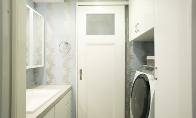 K邸 (シンプルなドアが壁紙を際立たせる)