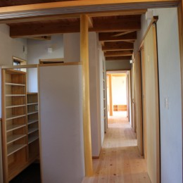 伏見の家 (玄関よりリビングに続く廊下を見る)